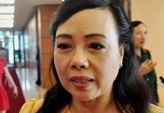 Bộ trưởng Y tế Nguyễn Thị Kim Tiến trả lời báo chí bên hành lang Quốc hội sáng 27/10