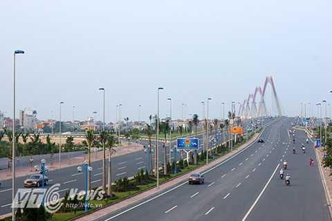 Cầu Nhật Tân, cây cầu dây văng hiện đại và lớn nhất Việt Nam, cây cầu bắc qua sông Hồng nối Phú Thượng (Tây Hồ) với Vĩnh Ngọc (Đông Anh), có tổng mức đầu tư hơn 13.626 tỷ đồng. Cây cầu được xem là biểu tượng của tình Hữu nghị Việt - Nhật.