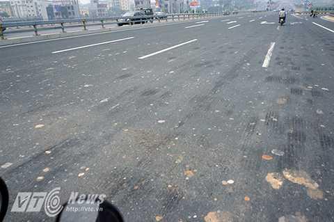 Dù mới được đưa vào sử dụng chưa đầy 1 năm nhưng mặt cầu Nhật Tân hiện nay lại trở nên vô cùng bẩn thỉu, xấu xí và nhếch nhác vì đất đá, gạch sỏi vương vãi trên khắp mặt cầu.