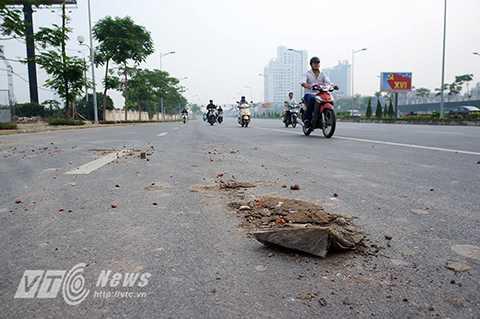 Ngay từ phía đường dẫn lên cầu ở hai đầu Đông Anh và Hà Nội, người đi đường không khó để quan sát thấy rất nhiều đất đá, vật liệu xây dựng vương vãi khắp mặt đường.