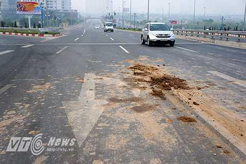 Những vết bẩn do bùn đất rơi vãi xuống nền đường và không thể rửa trôi tạo nên những 'vết sẹo' chằng chịt trên mặt đường.