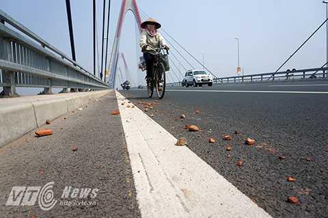 Không chỉ gây mất thẩm mĩ mà những viên gạch vụn hay đá dăm như thế này có thể gây ra tai nạn cho người đi xe máy nếu chẳng may cán phải.
