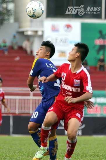 Lâm Ti Phông (áo xanh) là niềm hy vọng số 1 của U21 Khánh Hòa. (Ảnh: Quang Minh)