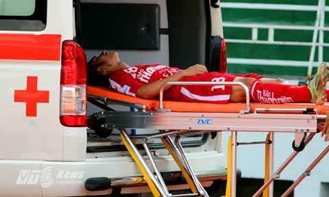 Tiền vệ Trần Lê Duy của U21 Bình Định bị chấn thương phải lên xe cấp cứu (Ảnh: Quang Minh)