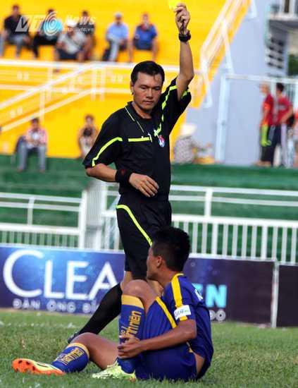 Nguyễn Thế Châu của U21 Khánh Hòa nhận thẻ vàng thứ 2 vì lỗi ăn vạ khiến đội nhà chỉ còn 10 người (Ảnh: Quang Minh)