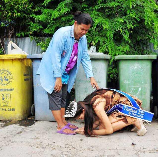 Hoa hậu Thái Lan quỳ trước người mẹ đã nuôi cô khôn lớn. Ảnh: FBMiss Uncensored News Thailand