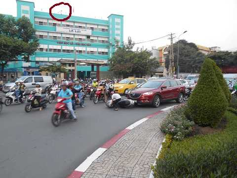 Một vụ va chạm giao thông được camera (vòng tròn) ghi lại. Ảnh: Phan Cường