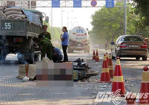 Hiện trường vụ tai nạn, các lực lượng chức năng đang khám nghiệm hiện trường - Ảnh MK