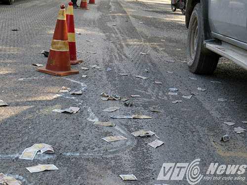 Trên mặt đường nơi xảy ra vụ TNGT có rất nhiều đá dăm còn vương vãi do đơn vị thi công sửa chữa mặt quốc lộ 5 chưa thu dọn hết - Ảnh MK