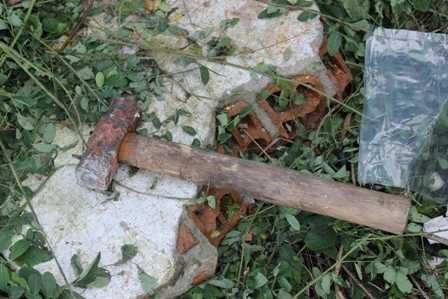 Cây búa được người dân dùng để đập tường.