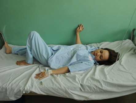 Bà Cúc đau buồn tại bệnh viên.