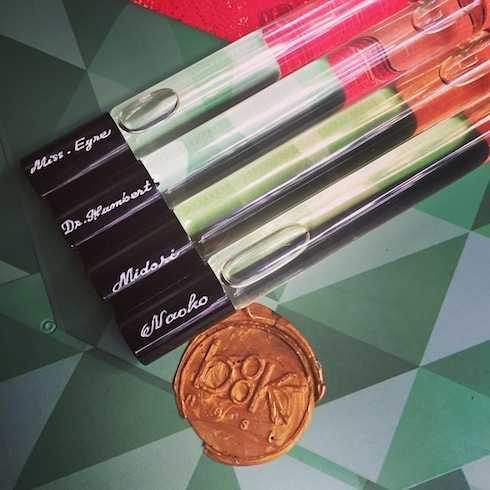 Bộ sưu tập nước hoa ra mắt gồm 4 mùi hương: Mr. Humbert (Lolita); Miss   Eyre (Jane Eyre), M. (Midori trong Rừng Na Uy) và Naoko (Rừng Na Uy).