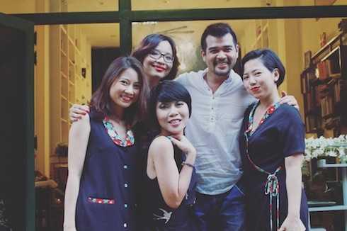 Trác Thuý Miêu, Dạ Thương và một số người bạn trong buổi giới thiệu nước hoa tại tiệm sách của Dạ Thương.