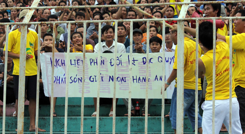 CĐV Thanh Hóa trưng biểu ngữ phản đối K+ độc quyền phát sóng Ngoại hạng Anh trên khán đài V-League (Ảnh: Nhạc Dương)