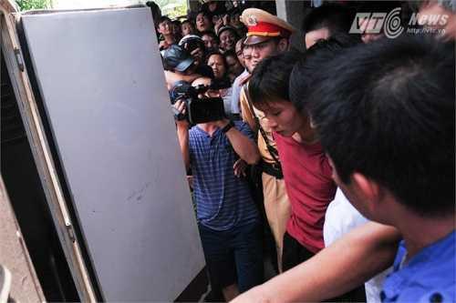 Đặng Văn Hùng (áo đỏ) - nghi can vụ thảm sát Yên Bái bị bắt ở xã Khánh Hòa, huyện Lục Yên.