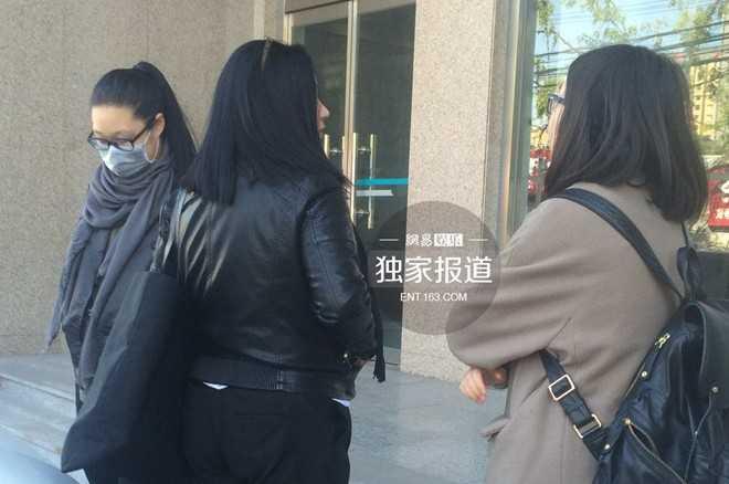 Chiều 27/10, phiên xử đầu tiên của vụ kiện   cô Trương và bà Hầu Tuấn Kiệt tố cáo Trương Thiết Lâm vô trách nhiệm   diễn ra tại tòa án quận Triều Dương (Bắc Kinh). Trong phiên tòa, cả hai   vẫn giữ nguyên quan điểm cũ, yêu cầu bồi thường 8,13 triệu NDT (tương   đương 1,3 triệu USD) cho những tổn thất tinh thần nhiều năm qua. Con gái   rơi Trương Thiết Lâm (đeo khẩu trang) có tâm trạng bình thản. Cô không   trò chuyện nhiều với phóng viên.