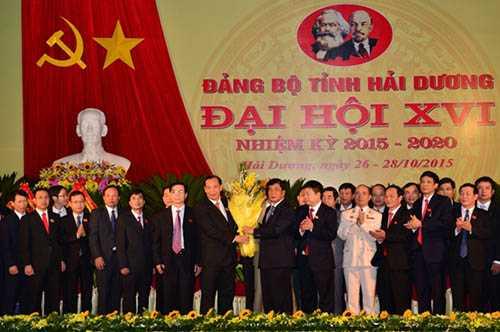 Ông Bùi Thanh Quyến, Bí thư Tỉnh ủy Hải Dương khóa XV tặng hoa BCH Đảng bộ tỉnh khóa XVI