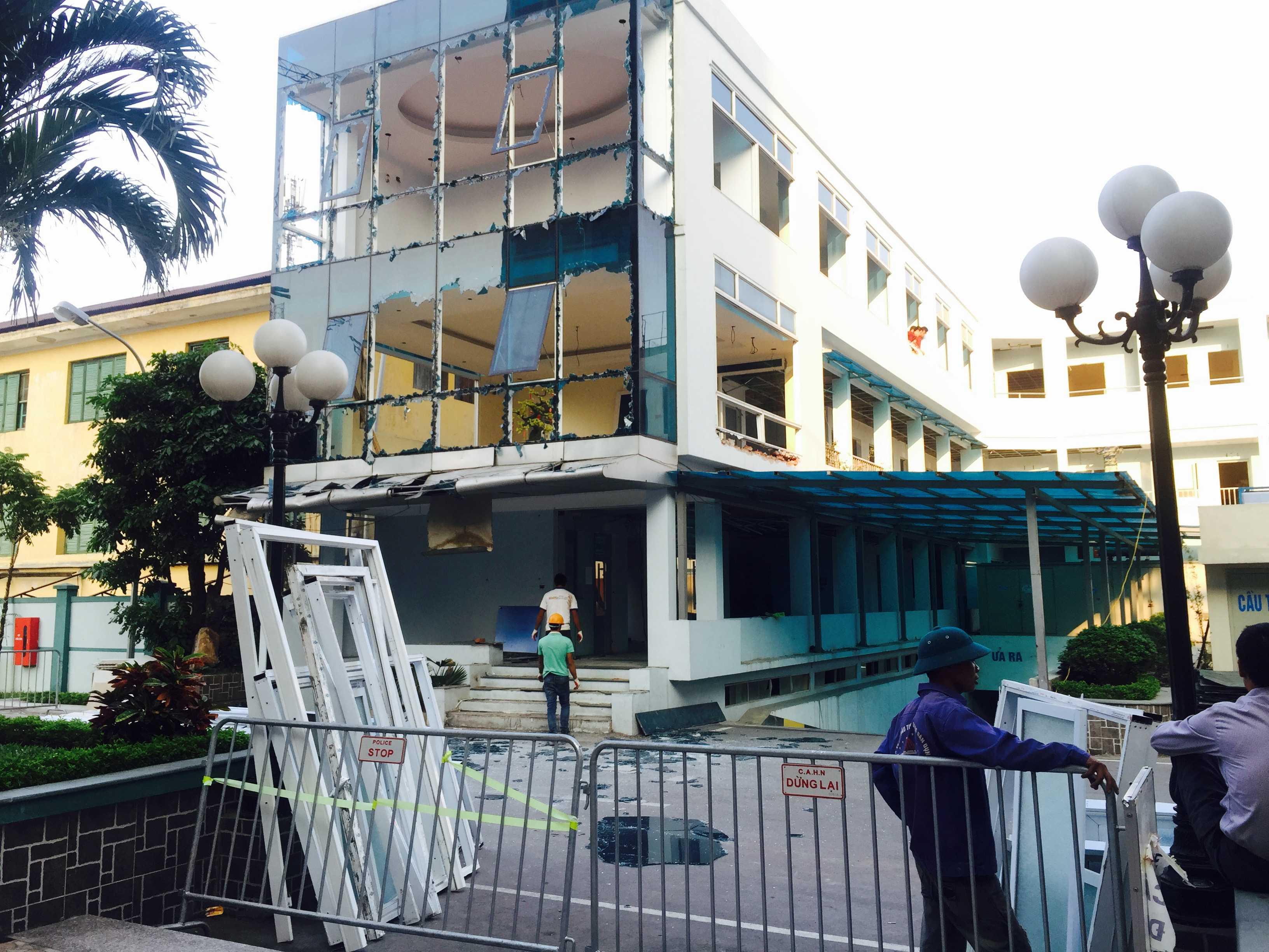Toàn bộ phần kính của toà nhà 3 tầng Ban quản lý đã bị tháo dỡ. Ảnh: Châu Anh