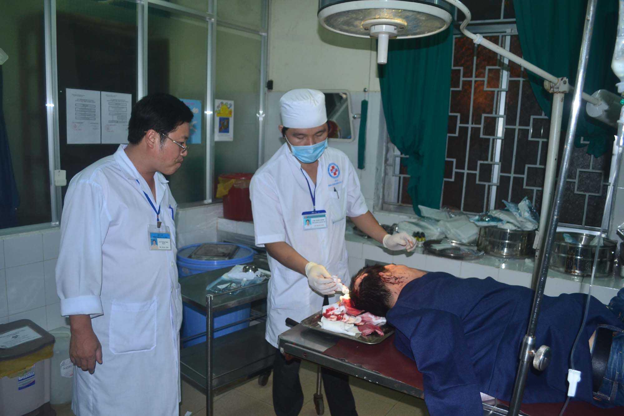 Các bác sĩ cấp cứu vết thương trên đầu cho Trần Anh Tuấn