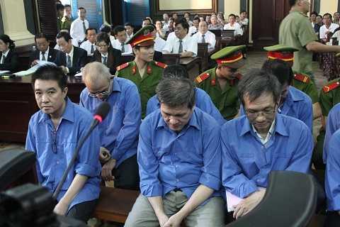 Các bị cáo tại phiên sơ thẩm ngày 28/10/2015
