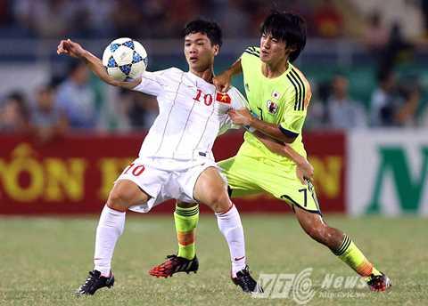 Công Phượng đối đầu U19 Nhật Bản tại giải U19 Đông Nam Á 2014 (Ảnh: Quang Minh)