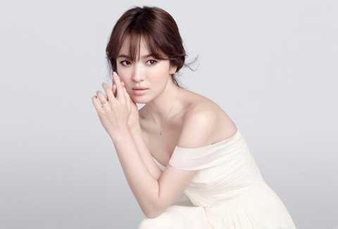 Song Hye Kyo khiến nhiều fan ngưỡng mộ bởi vẻ đẹp của cô. Đặc biệt, nữ diễn viên xinh đẹp để lộ làn da trắng mịn màng. Nữ diễn viên sinh năm 1981 đã tạo được nhiều ấn tượng đối với người hâm mộ và giới truyền thông bởi sự thân thiện khi người đẹp nổi tiếng luôn nở nụ cười tươi tắn trước công chúng.