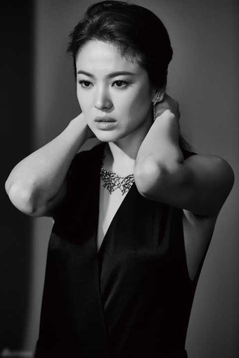 Trong giới giải trí Hàn Quốc, Song Hye Kyo được xếp vào danh sách những người đẹp sở hữu gương mặt tự nhiên xinh đẹp nhất. Cô từng tiết lộ bí quyết giữ vẻ đẹp trường tồn với thời gian là bắt đầu từ chế độ ăn uống lành mạnh, khoa học, tránh xa các thức ăn không có lợi cho da như chocolate, nước ngọt có ga, trà đen... Thay vào đó là ăn nhiều trái cây, trứng và uống nhiều nước.
