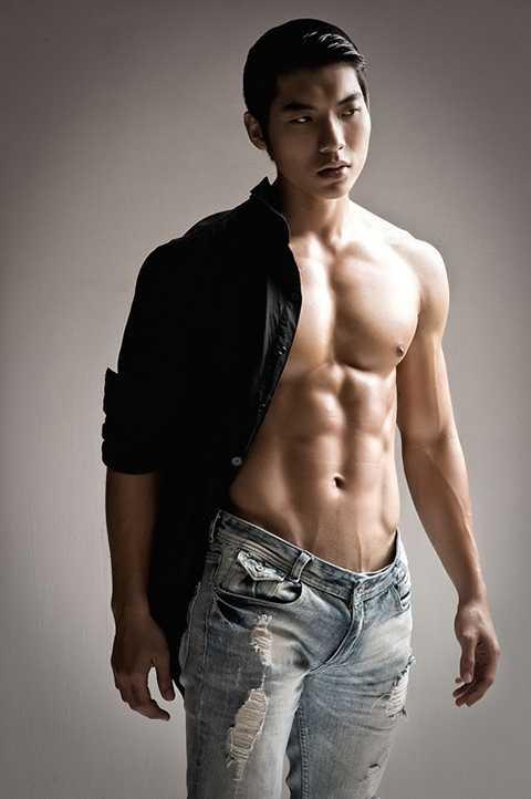 Không chỉ sở hữu gương mặt đẹp, Nam Thành còn được biết đến là một trong những mĩ nam có thân hình nam tính, rắn chắc. Nam diễn viên không ngại cởi để khoe body