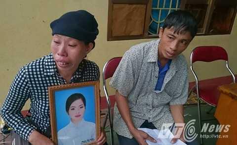 Gia đình nạn nhân Phàn Thị Hoa mang theo di ảnh con đến phiên tòa