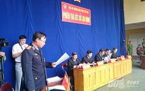 Đại diện Viện Kiểm sát đọc cáo trạng vụ án
