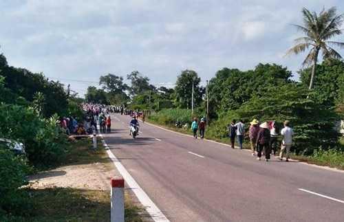 Từ sáng sớm, rất đông người dân địa phương đã đổ về hiện trường để theo dõi hoạt động thực nghiệm hiện trường của CQĐT.