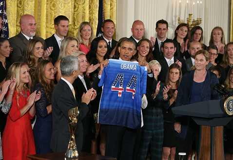 Tổng thống Mỹ được tặng chiếc áo số 44