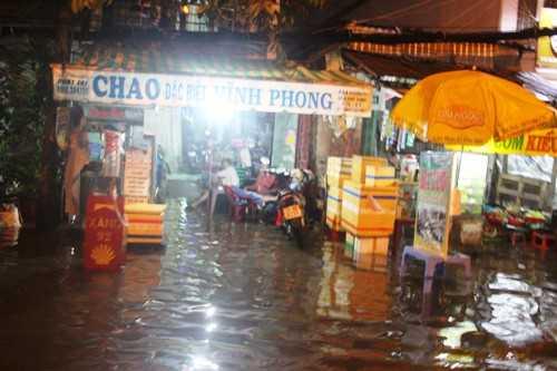 Triều cường gây ngập ảnh hưởng đến cuộc sống người dân Sài Gòn