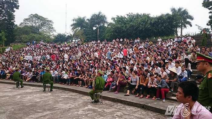 Hàng ngàn người dân đến theo dõi phiên xử