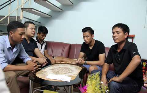 Phó giám đốc điều hành CLB SLNA Trần Đình Nghĩa (bên phải) cùng Quế Ngọc Hải tới hỏi thăm Trần Anh Khoa tại nhà riêng khi cầu thủ này bị chấn thương.