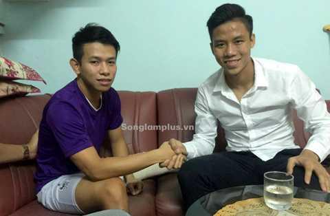 Quế Ngọc Hải tới thăm Anh Khoa sau khi cầu thủ này từ Singapore trở về.