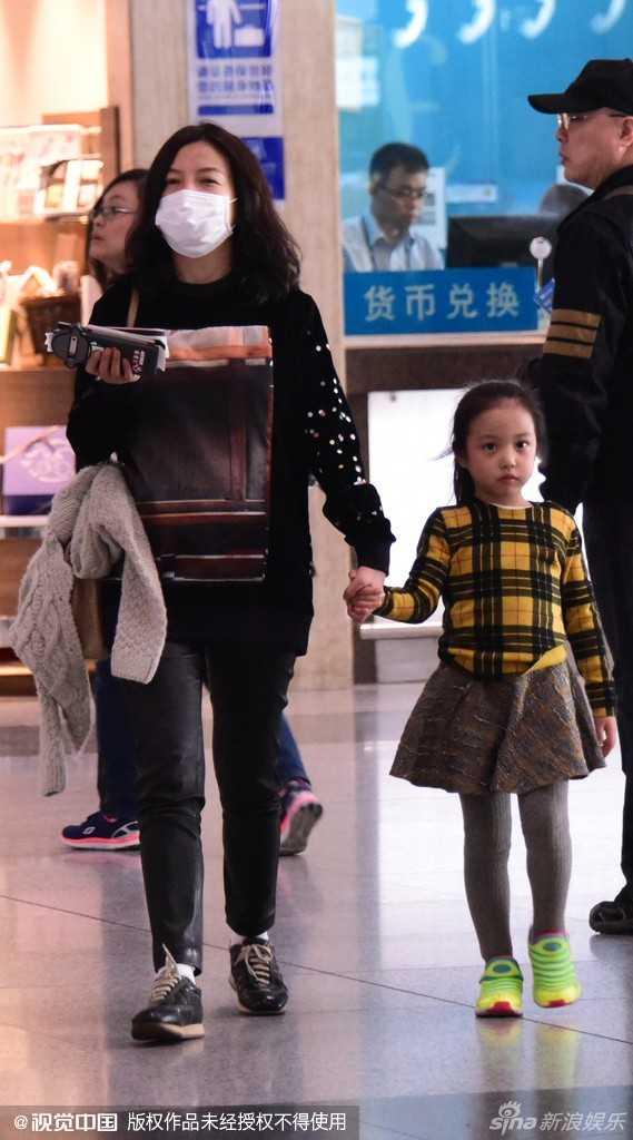 """Hôm qua 28.100, cô béTứ Nguyệtxinh xắn và điệu đàxuất hiện bên mẹtại sân bay Bắc Kinh. """"Công chúa"""" nhà Triệu Vy năm nay 5 tuổi. Càng lớn, bé càng ra dáng, ăn mặc phong cách và tự tin."""