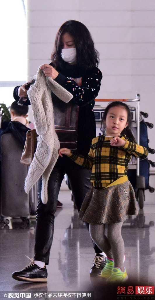 Tứ Nguyệt là tên thường gọi, thay vì tên thật Huỳnh Tân. Dù mới5 tuổi nhưng Tứ Nguyệt cao hơn hẳn so với những bạn cùng trang lứa. Có một người mẹ nổi tiếng nên cô bé tỏ ra dạn dĩ trước ống kính.