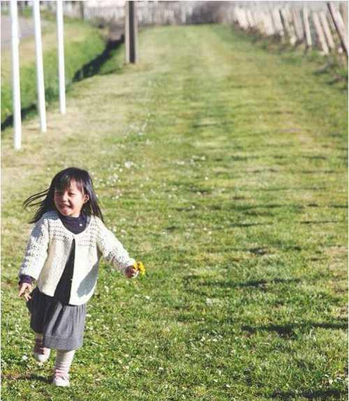 Bé Tứ Nguyệt thừa hưởng nhiều nét đẹptừ bố và mẹ. Triệu Vy và doanh nhân Huỳnh Hữu Long coi bé như bảo bối trong nhà. Mặc dù trong phim Mẹ Hổ Bố Mèo, Triệu Vy đóng vai người mẹ nghiêm khắc, dữ dằn nhưng cô khẳng định ngoài đời trái ngược hoàn toàn.Trong nhà