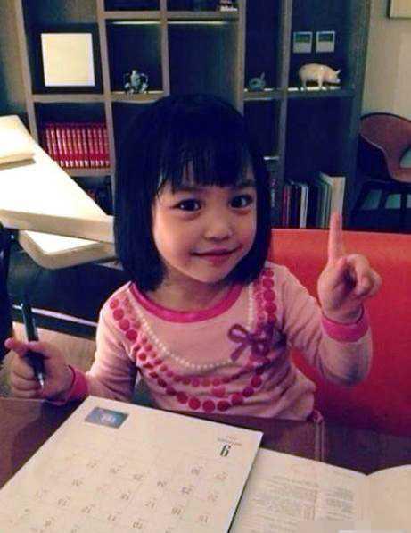 Khi 4 tuổi, Tứ Nguyệtđã được cha mẹ đưađi du lịch nhiều nơi trên thế giới - những địa điểm do chính cô bé lựa chọn. Vợ chồng Triệu Vy không nuông chiều thái quá Tứ Nguyệt vàdạy cho con cách tự lập nhưng có kiểm soát.