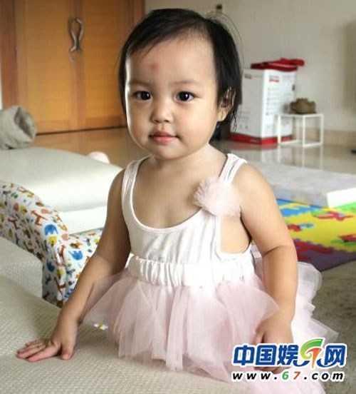 Hình ảnh cô con gái Triệu Vy lúc nhỏ đáng yêu và bụ bẫm.