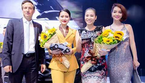 Nữ diễn viên vui mừng khi được hội ngộ ca sĩ Thu Minh và diễn viên Mai Thu Huyền. Có thể thấy, với bộ trang phục được nhà thiết kế Anh Thư thực hiện riêng cho
