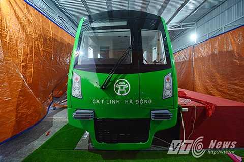 Vì là là tuyến đường sắt đô thị đầu tiên tại Hà Nội, do vậy biểu tượng Khuê Văn Các đã được lựa chọn sơn ở giữa đầu tàu, thể hiện nét đặc trưng văn hóa của Thủ đô, phía dưới là dòng chữ Cát Linh – Hà Đông thể hiện điểm đầu – điểm cuối của tuyến.