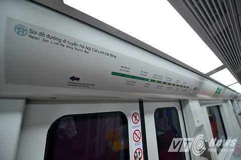 Bảng điện tử hiển thị đích đến của từng ga tàu.