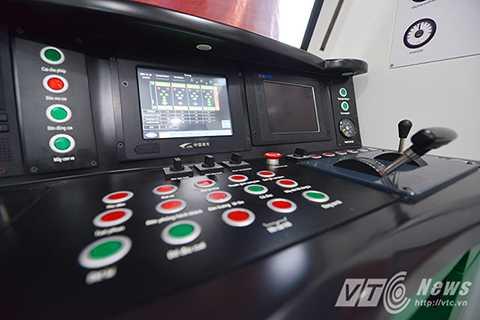 Theo ông Lê Kim Thành, Tổng giám đốc Ban quản lý dự án đường sắt, đây là đầu tàu mẫu nên mọi thứ chưa hoàn thiện, một vài chi tiết buồng lái chưa đầy đủ, phía đầu chưa lắp đèn và trục kéo.