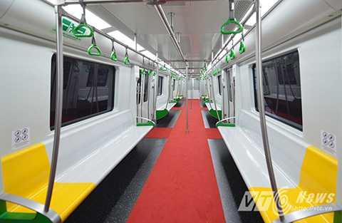 Ghế ngồi của hành khách được bố trí dãy ghế dài dọc vách toa, dưới cửa sổ, giữa toa là lối đi hoặc chỗ đứng cho hành khách.