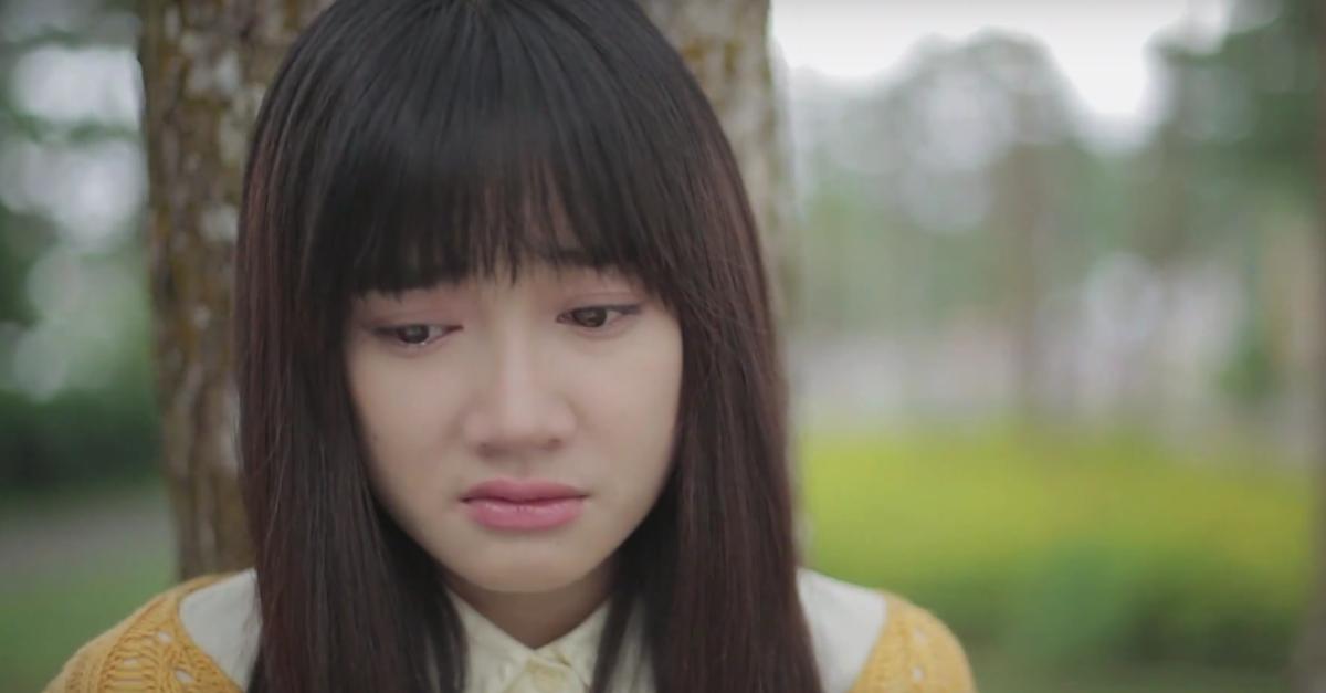 Trong teaser của ca khúc, Nhã Phương đã khóc nức nở khi thấy người yêu ôm Đinh Hương.