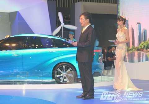 Ông Yoshihisa Maruta - Tổng Giám đốc Toyota Việt Nam bên chiếc xe Toyota Mirai sử dụng hydrogen
