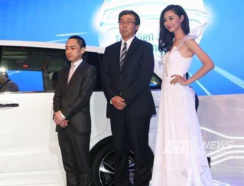 Ông Minoru Kato (đứng giữa) Tổng Giám đốc Honda Việt Nam