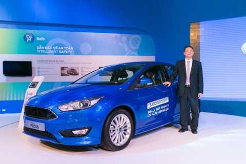 Ông Phạm Văn Dũng - Tổng Giám đốc Ford Việt Nam bên mẫu Ford Focus mới
